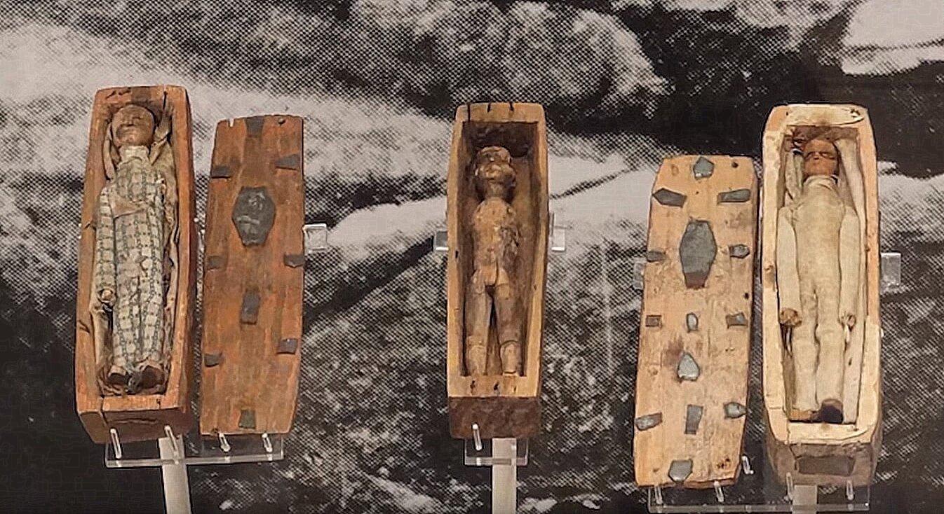 Miniaturowe lalki w miniaturowych trumnach
